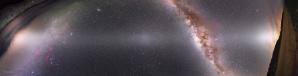 Mapa zodiakálního světla vzniklá spojením 7 jednotlivých snímků. Každý ze snímků je složenina 61 jednotlivých o darkframy kalibrovaných expozic; dvě krajní části mozaiky jsou navíc sesazené s krajinovými snímky. Červené mlhoviny v Mléčné dráze jsou pořízeny jiným fotoaparátem (modifikovaným k citlivosti i v dlouhovlnné oblasti) a do mozaiky přičteny dodatečně. Autor: Petr Horálek