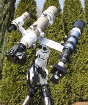 Hlavní dalekohled s fotoaparátem (vlevo) a menší, pointační dalekohled (vpravo) Autor: René Sláčal