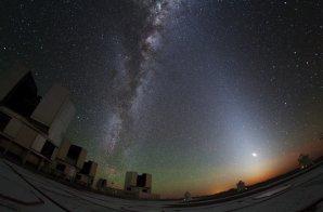 Zvířetníkové světlo a Mléčná dráha na observatoři Paranal v Chile Autor: Yuri Beletsky