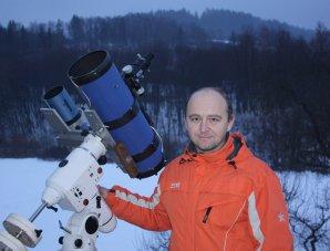 Vlastimil Musil se svou astrofotografickou výbavou. Autor: Vlastimil Musil, ČAM.