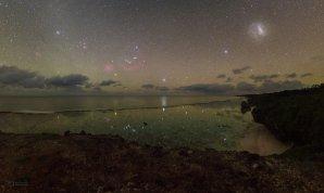Požitek z klidu… (snímek krásného jižního nebe nad pláží ostrova Mangaia). Autor: Petr Horálek