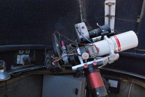 Vnitřek observatoře Polonia, hlavní dalekohled je refraktor FSQ 106 (106/530 mm, f/5) se CCD kamerou. Autor: J. Roszkiewicz (PTMA Szczecin)