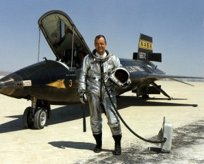 Pilot William Harvey Dana před letounem North American X-15 Autor: http://www.nasa.gov