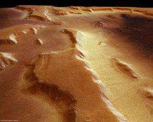 Snímek pořízený kamerou HRSC (High Resolution Stereo Camera) na palubě evropské sondy Mars Express ukazuje, že tlustá vrstva prachu pokrývá ledovce, které jsou ukryty pod povrchem. Autor: ESA/DLR/FU Berlin