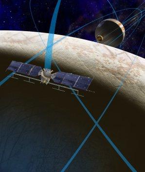 Představa sondy Europa Clipper nad měsícem Europa. Autor: NASA.