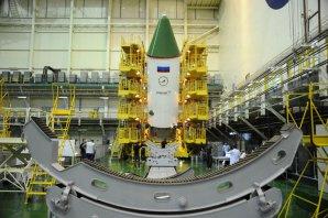 Loď Progress je připravována k pátečnímu startu v montážní hale na Bajkonuru Autor: Eněrgija