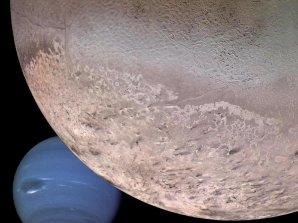 Fotomontáž Neptunu a jeho měsíce Triton Autor: NASA