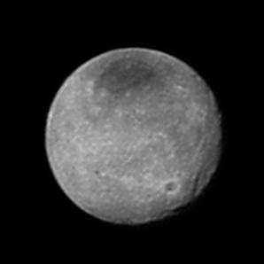 Charon ze vzdálenosti 2,5 milonů km. Autor: New Horizons, NASA.