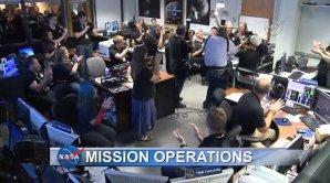 Aplaus v řídícím středisku po zprávě od New Horizons