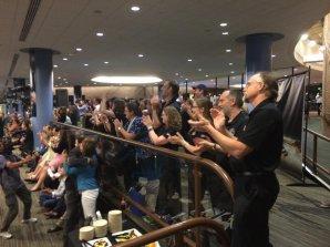 Ovace z úspěchu při získání prvního očekávaného signálu z New Horizons jsou na místě. Autor: Nadia Drake.