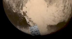 Celkový přeheldový snímek, kde se nachází pořízený detail oblasti Tombaugh Regio na Plutu Autor: NASA/JHUAPL/SWRI
