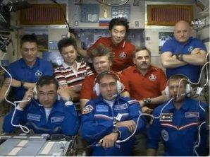 Všech devět členů současné posádky ISS krátce po příletu nováčků. Autor: spaceflightnow.com