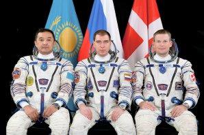 Posádka Sojuzu TMA-18M (Zleva: A. Aimbjetov, S. Volkov a A. Mogensen) Autor: wikipedia