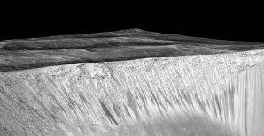 Model stop stékající vody po stěně kráteru Garni, složený za pomoci dat z přístroje HiRISE na družici MRO. Kanálky mají délku řádově stovek metrů. Autor: spaceflightnow.com