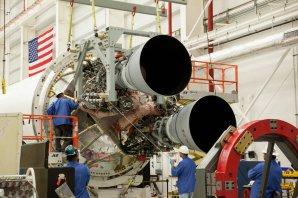 Technici na kosmodromu Wallops instalují do rakety Antares dva nové motory RD-181. Autor: spaceflightnow.com