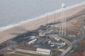 29. říjen 2014, místo dopadu a exploze rakety Antares, poškozený vypouštěcí komplex následujícího rána poté. Autor: Virginia Commercial Space Flight Authority