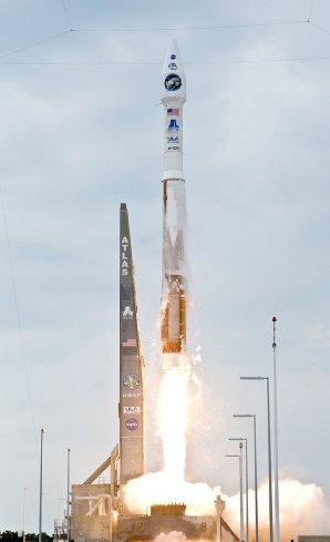Start rakety Atlas 5 v konfiguraci 4-0-1, v níž bude vynášet i lodě Cygnus (4 metry průměr aerodynamického krytu nákladu, 0 pomocných motorů SRB, 1 motor na horním stupni Centaur). Autor: Wikipedia
