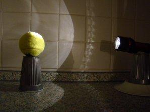 Demonstrace fází Měsíce pomocí míčku a baterky