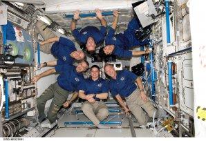 Posádka raketoplánu Endeavour pózuje na stanici ISS pro působivé společné foto (copak je tohle pro lidský organismus normální?). Březen 2008 Autor: NASA