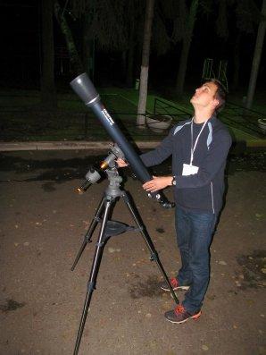 Medailista Jaromír Mielec před pozorovacím kolem. Autor: Astronomická olypmiáda