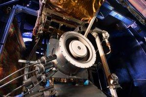 Technici v Glennově středisku NASA připravují plasmové trysky iontových motorů pro plavidlo ARRM (březen 2015) Autor: NASA