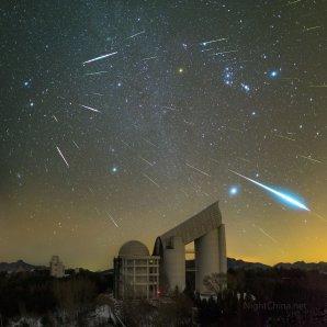 Geminidy nad observatoří Xinglong. Autor: Steed Yu and NightChina.net.