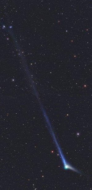 Překrásně zachychycená kometa C/2013 US10 Catalina. Na obrázku najdete i dvě galaxie promítající se na pozadí na konci jejího ohonu. Autor: Garald Rhemann