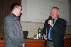 Předseda ČAS Dr. Jan Vondrák (vpravo) předává osvědčení laureátovi Dr. Petru Pravcovi. Autor: Vladimír Libý, Astropis