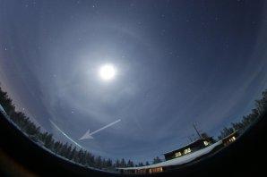 Stopa bolidu zachycená na celooblohové kameře na Churáňově, která je součástí Evropské bolidové sítě. Záznam bolidu je označen šipkou. Jasný objekt je Měsíc a okolo něj lze rozeznat halový kruh na vysoké řídké oblačnosti. Nad bolidem lze rozeznat souhvězdí Orionu. Autor: AsÚ AV ČR, Pavel Spurný
