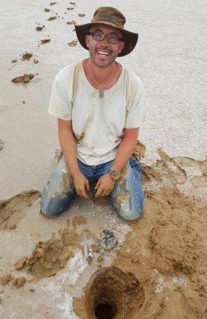 Phil Bland u místa nálezu. Autor: Perth Now
