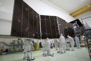 Technici připravují obrovské solární panely pro sondu Juno Autor: NASA/JPL