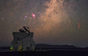 Patrně nejkrásnější snímek z 27. ledna 2015 zachycuje Rudého skříka (vpravo) a vycházející centrum Mléčné dráhy s mlhovinou Laguna a Trifid nad Andami. V popředí je jeden z pomocných dalekohedů, ATs 2, na observatoři Paranal v Chile. Autor: Petr Horálek/ESO.