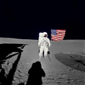 Edgar Mitchell u americké vlajky na povrchu Měsíce Autor: NASA
