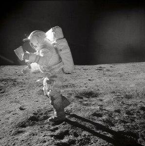 Edgar Mitchell studuje mapu během přesunu na Měsíci Autor: wikipedia