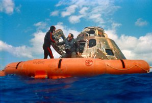 Edgar Mitchell opouští Apollo 14 po přistání v oceánu Autor: NASA