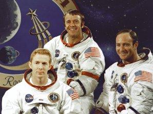 Posádka Apolla 14. Zleva S. Roosa, A. Shepard a E. Mitchell Autor: wikipedia