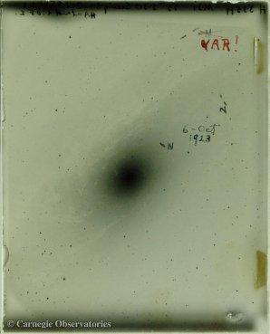 """Snímek Velké Galaxie v Andromedě pořízený Edwinem Hubblem pomocí 100-palcového reflektoru hvězdárny na Mount Wilson. Na desce jsou vyznačeny novy, ale u jedné hvězdy je změněn popis z """"N"""" na """"VAR"""" ukazující, že si Hubble všiml její periodické proměnnosti. Autor: Carnegie Observatories"""