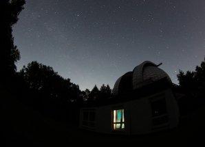 Noční obloha nad kopulí 65cm dalekohledu v Ondřejově Autor: Martin Mašek