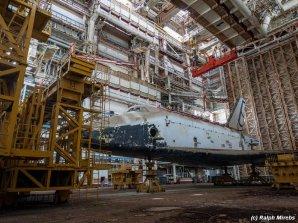 Jeden ze sovětských raketoplánů v opuštěném hangáru na Bajkonuru Autor: Raplh Mirebs