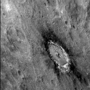 Kráter Basho o průměru 80 km obklopený vyvrženým materiálem s nízkou odrazivostí Autor: NASA/Johns Hopkins University Applied Physics Laboratory/Carnegie Institution of Washington