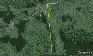 Průmět atmosférické dráhy bolidu EN060316 na zemský povrch (žlutá šipka). Skutečná délka vyfotografované atmosférické dráhy 72 km a bolid jí uletěl za přibližně 5.5 s. Autor: Google/Pavel Spurný.