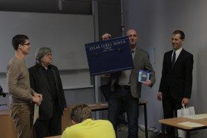 Lukáš Supik (vlevo) přebírá první cenu pro vítěze. Autor: Vendula Doubravská