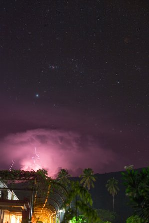 Bouře s Orionem nad Halmaherou. Autor: Petr Horálek