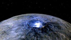 Snímek kráteru Occator v nepravých barvách Autor: NASA/Dawn