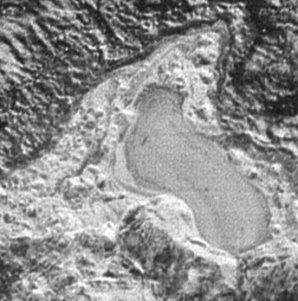 Detailní pohled na zamrzlé jezero kapalného dusíku o délce 30 km Autor: NASA/Johns Hopkins University Applied Physics Laboratory/SWRI