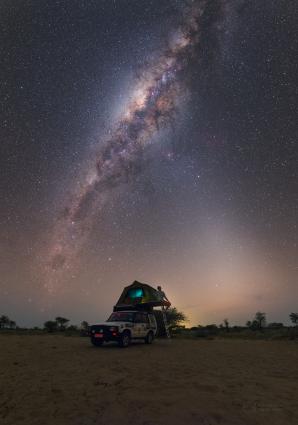 Zvířetníkové světlo (zprava) a Mléčná dráha se setkávají vysoko nad obzorem prašné ale tmavé africké Botswany. Autor: Petr Horálek