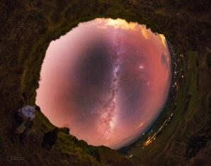 Noční nebe asi 50 km daleko od novozélandského většího města Hastings. I relativně tak blízko k městu jsou pohledy k nebi už fantastické. Snímek vybrala NASA jako prestižní Astronomy Picture Of the Day 29. července 2014. Autor: Petr Horálek