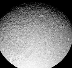 Saturnův ledový měsíc Tethys Autor: NASA