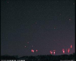 Několik skupin Red sprites z MCS bouřek nad Německem. Autor: Martin Popek