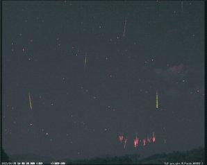 Vzdálené Red sprites a první meteory z roje Perseid. Autor: Martin Popek